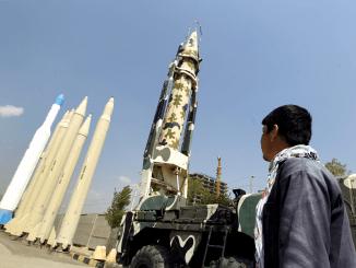 رجل ينظر إلى الصواريخ إيرانية الصنع في متحف الدفاع المقدس في طهران في 23 أيلول/سبتمبر 2015 (رويترز)