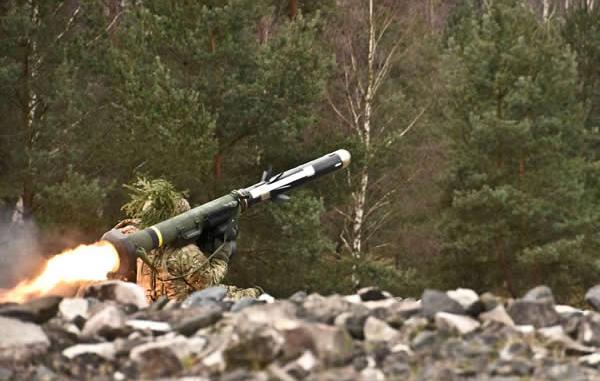 جندي أميركي يطلق صاروخ Javelin خلال تدريب بالنيران الحية في ألمانيا عام 2016