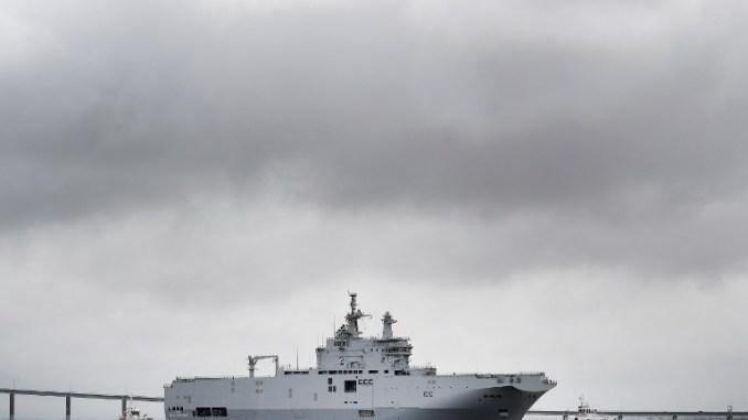 """حاملة الطائرات المصرية """"ميسترال جمال عبد الناصر"""" تنطلق من ميناء سانت نازير، غرب فرنسا، في 12 حزيران/يونيو 2016 (AFP)"""