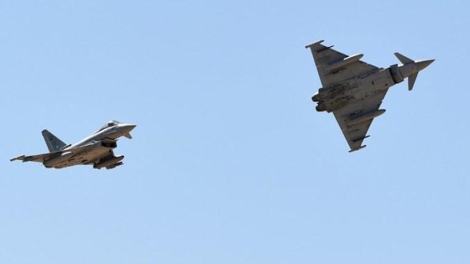 مقاتلتا يوروفايتر تايفون تابعتان لسلاح الجو السعودي خلال عرض جوي ضمن حفل بمناسبة الذكرى الخمسين لإنشاء أكاديمية الملك فيصل الجوية في قاعدة الملك سلمان الجوية في الرياض في 25 يناير 2017 (AFP)
