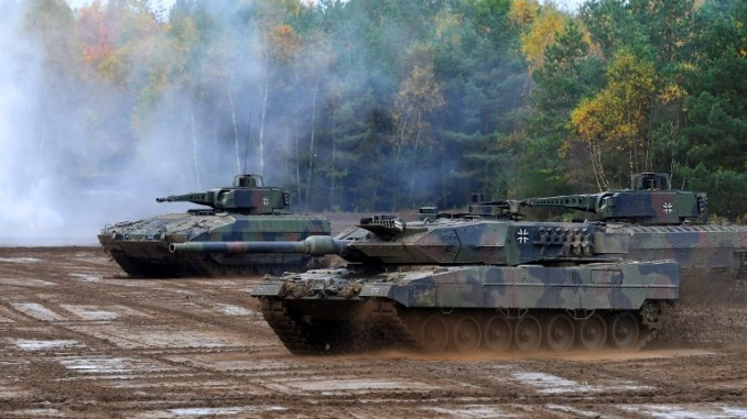 """دبابة """"ليوبارد 2 A7"""" تابعة للقوات المسلحة الألمانية خلال تمرين """"عملية الأرض 2017"""" في منطقة التدريب العسكري في مونستر، شمال ألمانيا، في 13 تشرين الأول/أكتوبر 2017 (AFP)"""