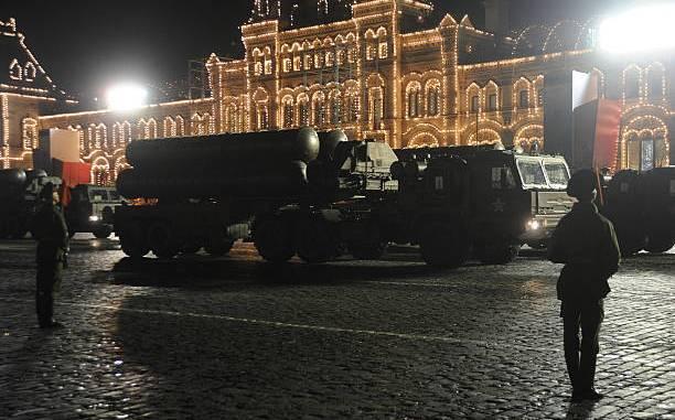 """نظام الصواريخ الروسية """"أس-300"""" في الساحة الحمراء في موسكو في 26 نيسان/أبريل 2012 خلال خلال بروفة قبل يوم النصر (AFP)"""