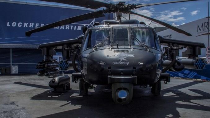 """مروحية بلاك هوك أوروبية الصنع خلال عرض ثابت في معرض فعاليات """"فارنبوروه"""" الدولي للطيران وهي تحمل أسلحة متعددة ومتطوّرة (Lockheed Martin)"""