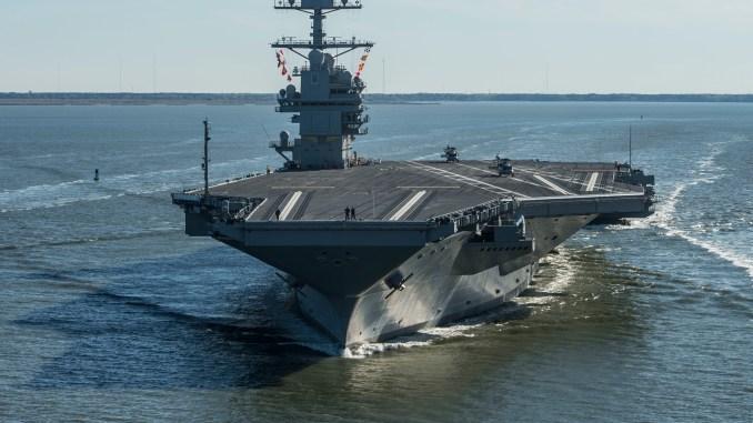 """حاملة الطائرات """"يو أس أس جيرالد فرود"""" (CVN 78) تبحر في 8 نيسان/أبريل 2017 في نيوبورت نيوز، فيرجينيا (AFP)"""