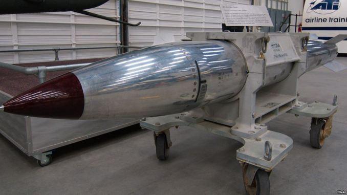 """قنبلة نووية من نوع """"بي-61"""" في متحف """"بيما"""" للطيران والفضاء في تاكسون بولاية أريزونا مستخدم فليكر: ديف بيزير)"""