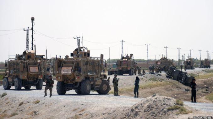 جنود من الناتو خلال عملية مراقبة بالقرب من حطام سيارتهم في موقع الهجوم الانتحاري الذي قام به طالبان في قندهار يوم 15 أيلول/سبتمبر 2017 (AFP)