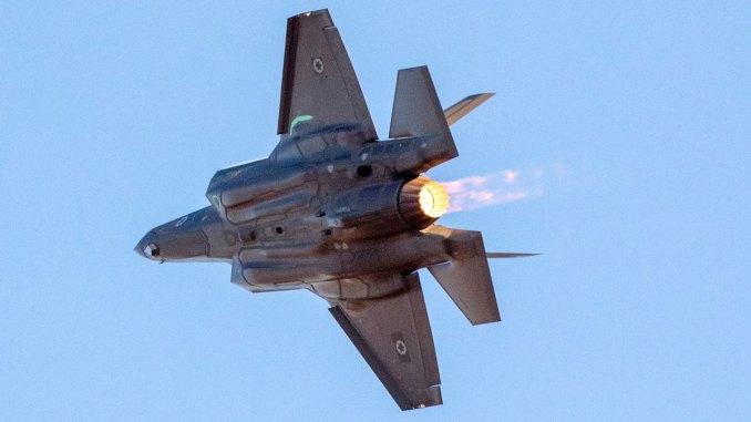 طائرة مقاتلة اسرائيلية من طراز أف-35 في عرض جوي خلال حفل تخرّج الطيارين الجدد في قاعدة هاتسيريم في صحراء النقب بالقرب من مدينة بئر السبع جنوبي اسرائيل يوم 29 حزيران/يونيو 2017 (AFP)