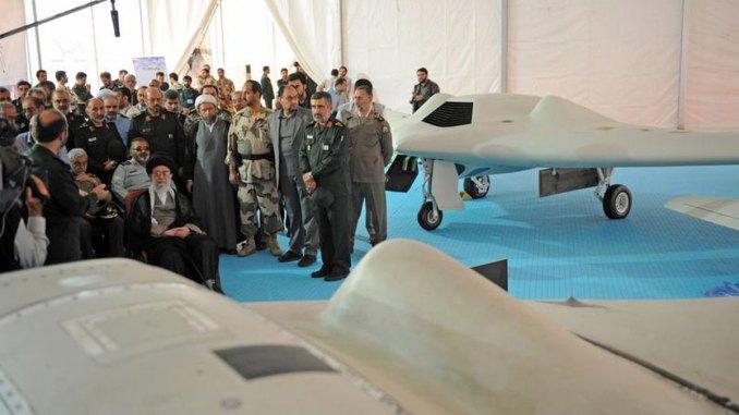المرشد الأعلى الإيراني آية الله علي خامنئي يجلس بالقرب من طائرة RQ-170 التي تم التقاطها في 11 أيار/مايو 2014. تحطمت الطائرة غير المأهولة في إيران في كانون الأول/ديسمبر 2011. (وكالة فرانس برس عبر موقع الزعيم الإيراني)