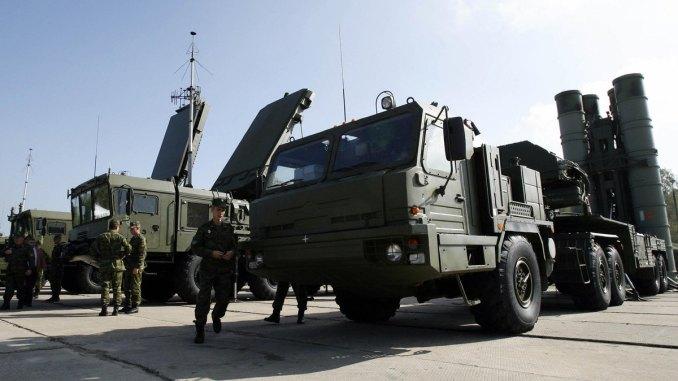 """جنود روس يتفحّصون أنظمة الصواريخ """"أس-400 تريومف"""" في مدينة إليكتروستال الروسية في آب/أغسطس 2007 (AFP)"""