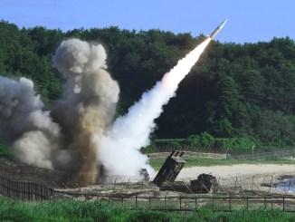 صورة التقطت في 5 تموز/يوليو 2017 والتي قدمتها وزارة الدفاع الكورية الجنوبية في سيول تظهر نظام إطلاق الصواريخ الأميركي M270 وهو يُطلق الصاروخ التكتيكي MGM-140 في البحر الشرقي من موقع لم يُكشف عنه على الساحل الشرقي لكوريا الجنوبية خلال تمارين مشتركة بين أميركا وكوريا الجنوبية (AFP)