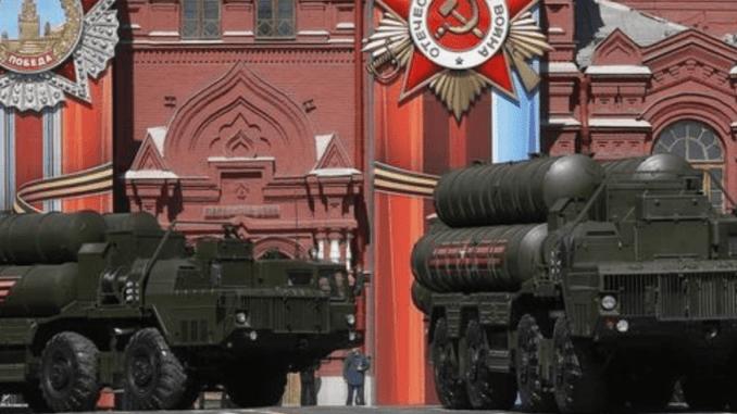 صواريخ أرض-جو روسية من الطراز إس-400 متوسطة وطويلة المدى في صورة التقطت يوم السابع من أيار/ مايو 2017.