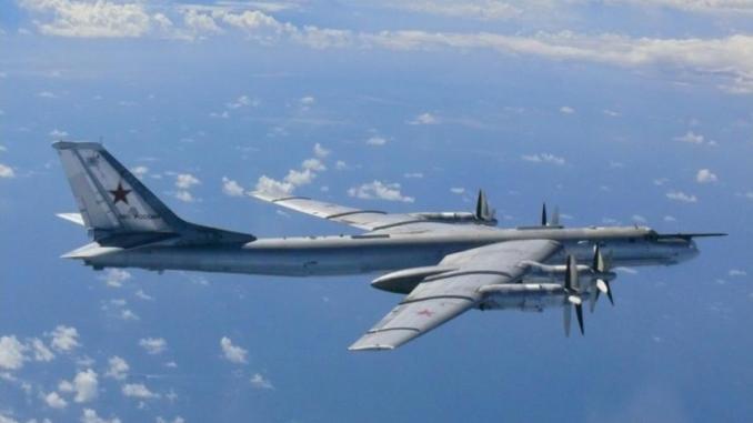 """صورة نشرتها وزارة الدفاع اليابانية في 22 آب/أغسطس 2013 تُظهر قاذفة """"تو-95"""" الروسية تحلّق في المجال الجوي بالقرب من جزيرة أوكينوشيما في غرب اليابان (AFP)"""