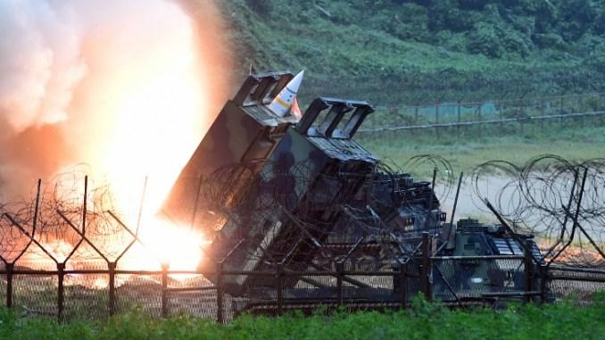 صورة تم التقاطها في 29 تموز/يوليو 2017 وفّرتها وزارة الدفاع الكورية الجنوبية في سيول، تُظهر نظام الصواريخ التكتيكية الأميركي (ATACMS) يُطلق صاروخ على البحر الشرقي من موقع لم يكشف عنه على الساحل الشرقي لكوريا الجنوبية خلال تدريب عسكري مشترك بين كوريا الجنوبية والولايات المتحدة يهدف إلى مواجهة اختبارات كوريا الشمالية الصاروخية (AFP)