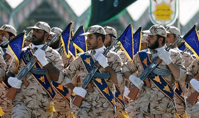 جنود إيرانيون يسيرون خلال العرض العسكري السنوي بمناسبة الذكرى السنوية لاندلاع حرب إيران المدمرة 1980-1988 مع العراق - صدام حسين، في 22 أيلول/سبتمبر 2017 في طهران (AFP)