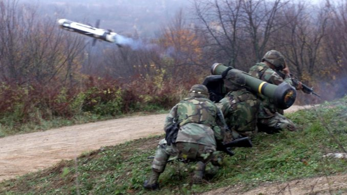 صورة من وزارة الدفاع الأميركية نُشرت في 18 تشرين الثاني/نوفمبر 2000 تُظهر جنود يُطلقون صاروخ جافلين في اختبار في كرواتيا (AFP)
