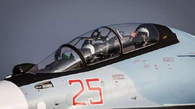 """طيارون من سلاح الجو الروسي يجلسون في قمرة قيادة مقاتلة """"سوخوي-30 أس أم"""" قبل المغادرة في مهمة عسكرية من قاعدة حميميم العسكرية الروسية في محافظة اللاذقية، شمال غرب سوريا، في 16 كانون الأول/ديسمبر 2015 (AFP)"""
