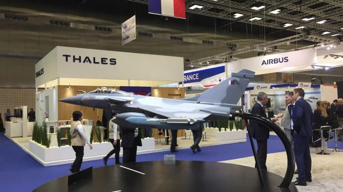 """نموذج عن مقاتلة رافال القطرية في جناح شركة """"داسو للطيران"""" خلال معرض ديمدكس 2018 (الأمن والدفاع العربي)"""