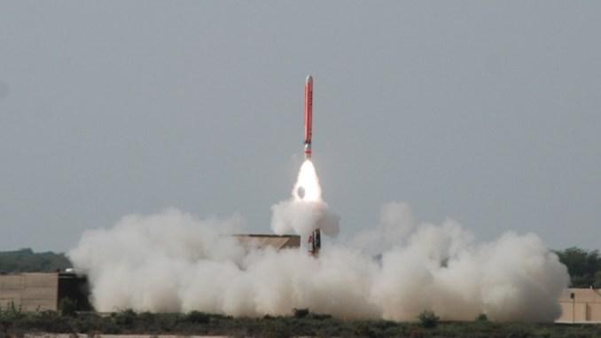 صورة أصدرها مكتب العلاقات العامة للخدمات الباكستانية (ISPR) في 17 أيلول/سبتمبر 2012، تُظهر صاروخ كروز من نوع Hatf-VII Babur قادراً على حمل رؤوس نووية، يتمّ إطلاقه من موقع غير محدّد في باكستان (AFP)