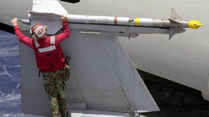 """فرد من العاملين في القوات الجوية الأميركية يجهّز طائرة مقاتلة بصاروخ """"سايدويندر"""" جو-جو (موقع الجيش الأميركي الرسمي)"""
