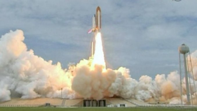 """صورة إطلاق مكوك الفضاء """"أتلانتس"""" في آب/ أغطس عام في مهمة تقليدية تختلف عن سابقاتها كونها آخر رحلة لبرنامج مكوك الفضاء الأميركي الذي بدأ قبل 30 عاما(فرانس برس)"""