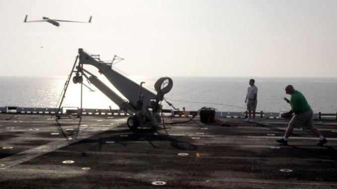 طائرة استطلاع موجهة من طراز (سكان إيجل) تُطَلق من على متن حاملة طائرات أميركية في الخليج يوم 28 تشرين الأول/ أكتوبر 2006 (رويترز)