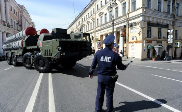 """نظام الصواريخ """"أس-300"""" التابع للجيش الروسي في وسط سانت بطرسبرغ في 28 نيسان/أبريل 2014، خلال بروفة استعراض يوم النصر (AFP)"""
