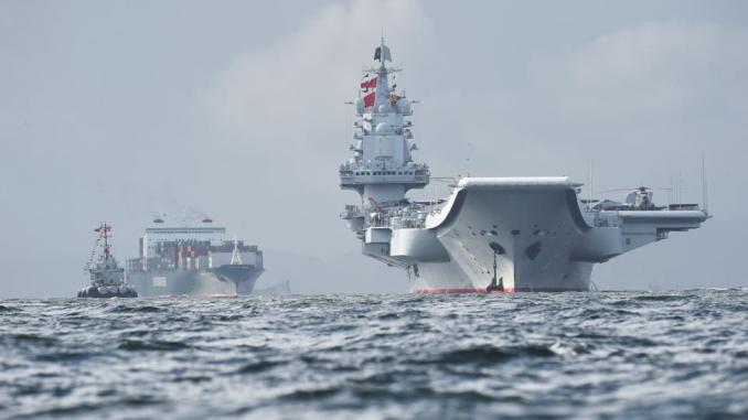 """حاملة الطائرات الصينية الوحيدة من نوع """"لياونينغ"""" (إلى اليمين) تصل مياه هونج كونج في 7 تموز/يوليو 2017 بعد أقل من أسبوع من زيارة رفيعة المستوى من جانب الرئيس شس جين بينغ (AFP)"""