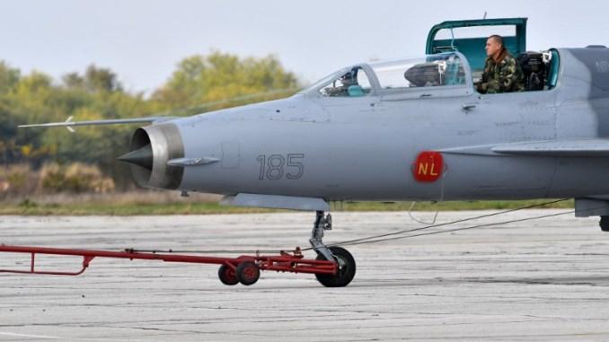 """طاقم يعمل على إعداد طائرة مقاتلة من نوع """"ميغ-21"""" لرحلة خلال التدريبات العسكرية الروسية الصربية المشتركة BARS، في المطار العسكري Batajnica، بالقرب من بلغراد، يوم 13 تشرين الأول/أكتوبر 2016 (AFP)"""