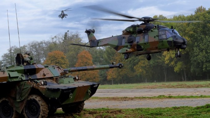 مروحيتا Caimen وTiger تحلّقان فوق دبابة Leclerc في عرض تقديمي لوسائل القوات البرية الفرنسية إلى المعهد الفرنسي للدراسات المتقدمة في الدفاع الوطني في 19 تشرين الأول/أكتوبر 2017 في فرساي-ساتوري، فرنسا (AFP)
