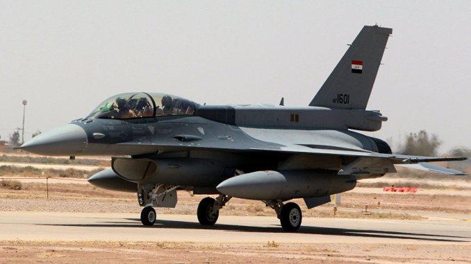 """إحدى المقاتلتين من نوع """"أف-16"""" التي تم تسليمهما مؤخراً من الولايات المتحدة لسلاح الجو العراقي، على مدرج في قاعدة بلد الجوية العراقية في محافظة صلاح الدين، شمال العاصمة بغداد، في 20 تموز/يوليو 2015 خلال زيارة قام بها رئيس الوزراء العراقي إلى القاعدة حيدر العبادي (AFP)"""