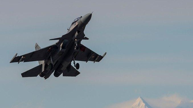 طائرة مقاتلة من طراز Su-30MKI تابعة للقوات الجوية الهندية مخصصة للسرب 15، قاعدة سيرسا الجوية، وهي تُقلع من قاعدة إيرلسون الجوية في ألاسكا يوم 4 أيار/مايو 2016، خلال تمرين RED FLAG-Alaska 16-1 (وكالة AFP)