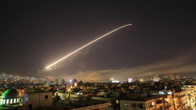 صورة تم إصدارها في 14 نيسان/أبريل 2018 تُظهر تفجيراً في ضواحي دمشق بعد شنّ ضربات غربية على قواعد عسكرية سورية ومراكز أبحاث كيميائية في العاصمة وحولها (وكالة الأنباء السورية)