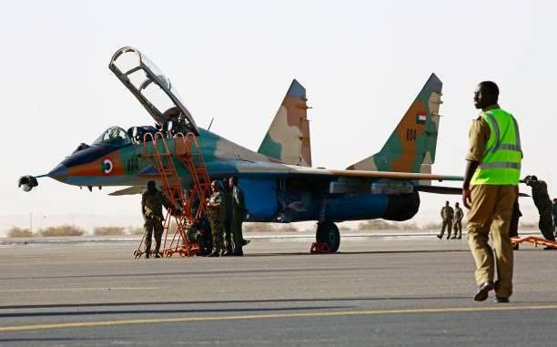 القوات السودانية تجهّز مقاتلة خلال ضربات جوية مشركة مع السعودية في قاعدة مروى الجوية شمال الخرطوم في 9 نيسان/ أبريل 2017.