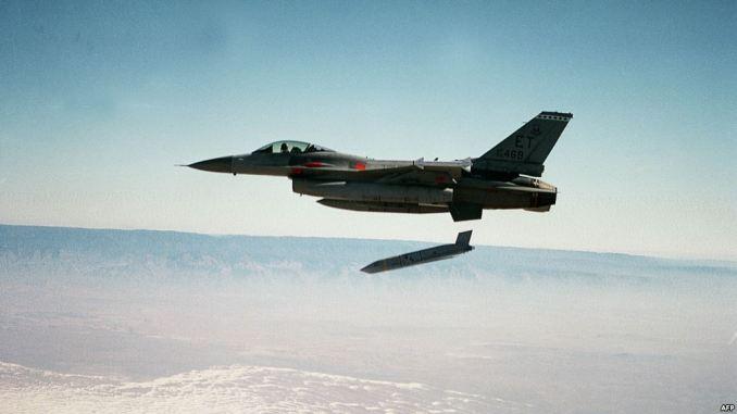 صورة غير مؤرّخة تُظهر مقاتلة تابعة لسلاح الجو الأميركي تُطلق صاروخاً أرضياً مشتركاً (JASSM) أثناء عملية اختبار (AFP)