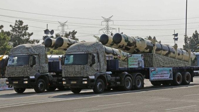 """عربة صواريخ إيرانية تحمل نظام الدفاع الجوي والصاروخي الجديد """"كامين-2"""" خلال الاستعراض العسكري الذي نفّذه الجيش الإيراني في العاصمة طهران بمناسبة يوم الجيش الوطني (AFP)"""