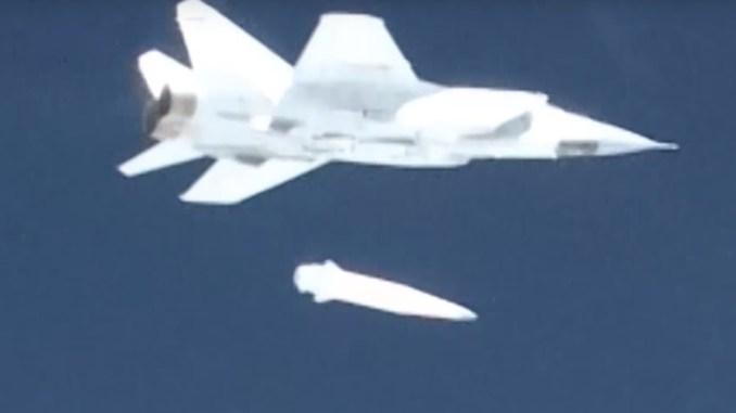 """لقطة من عملية إطلاق مقاتلة """"ميغ-31"""" صاروخ """"الخنجر"""" الروسي في آذار/مارس 2018 (وزارة الدفاع الروسية)"""
