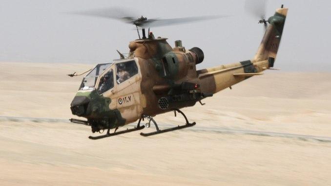 """طائرة هليكوبتر كوبرا أردنية تسير باتجاه المنطقة المستهدفة خلال تدريب تدريبي للقوة السريعة ضمن فعاليات تمرين """"إيغير ليون"""" 2016 قرب عمان، الأردن في 18 أيار/مايو 2016 (الجيش الأميركي)"""
