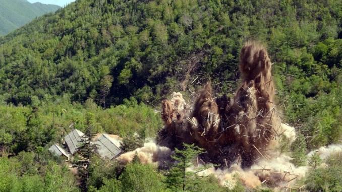 """صورة صادرة عن وكالة الأنباء الكورية المركزية الرسمية الكورية الشمالية (KCNA) في 25 أيار/مايو 2018 تُظهر """"احتفالًا بهدم"""" منشأة تجارب نووية في كوريا الشمالية (AFP)"""