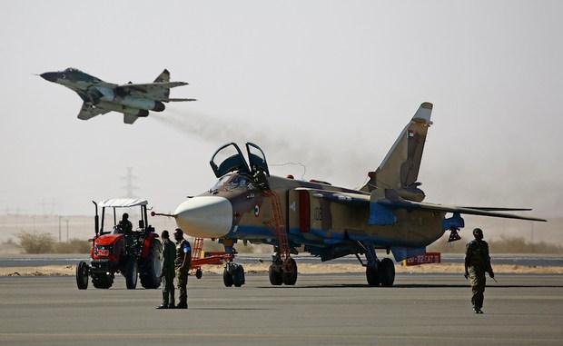 أفراد من سلاح الجو السوداني يقومون بإعداد طائرة خلال تدريبات القوات الجوية المشتركة للسودان والمملكة العربية السعودية في قاعدة مروة الجوية بالقرب من مروي الواقعة على بعد 350 كلم شمال الخرطوم، في 9 نيسان/أبريل 2017 (AFP)