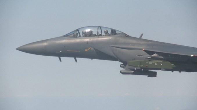 صورة تم التقاطها في 12 أيلول/سبتمبر 2017 وقدمتها وزارة الدفاع الكورية الجنوبية في 13 أيلول/سبتمبر 2017 تٌظهر طائرة مقاتلة من طراز F-15K تابعة للقوات الجوية الكورية تحلق بصاروخ توروس جو-أرض بعيد المدى أثناء تمارين حية على الساحل الغربي للبلاد رداً على التجربة النووية الكورية الشمالية السادسة (AFP)