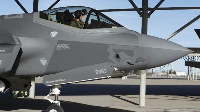 """طيار يجلس في قمرة قيادة طائرة """"أف-35"""" المقاتلة ويستعد للقيام بمهمة تدريب في قاعدة هيل الجوية في 15 آذار/مارس 2017 في أوجدن، يوتا (AFP)"""