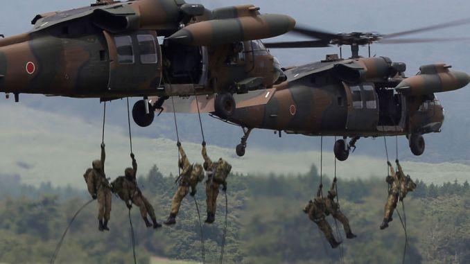 قوات الدفاع اليابانية خلال عملية الإنزال من مروحية UH-60 Black Hawk خلال تدريبات في 24 آب/ أغسطس 2017 (AFP)
