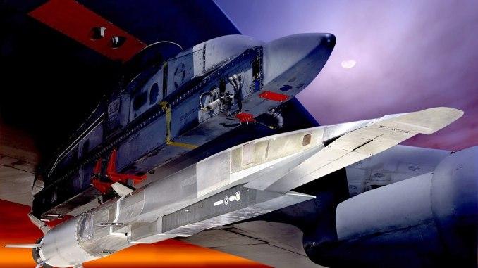 """يعمل سلاح الجو مع شركة """"لوكهيد مارتن"""" لتصميم نموذج أولي جديد لصاروخ تفوق سرعته سرعة الصوت. وقد استكشفت الخدمة هذه التقنية من قبل اختبارات جهاز X-51A Waverider، الموضح هنا تحت جناح قاذفة القنابل """"بي-52"""" (رسم غرافيكي لسلاح الجو الأميركي)"""
