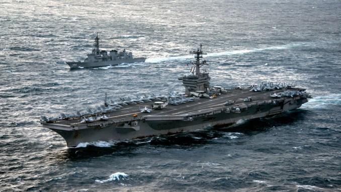 """صورة خاصة بالبحرية الأميركية تم الحصول عليها في 15 آذار/مارس 2017 تُظهر حاملة الطائرات """"يو أس أس كارل فينسون"""" (CVN 70)، في المقدمة، أثناء عبورها بحر الصين الشرقي مع مدمرة قوات الدفاع الذاتي اليابانية JS Samidare في 9 آذار/مارس 2017 (AFP)"""