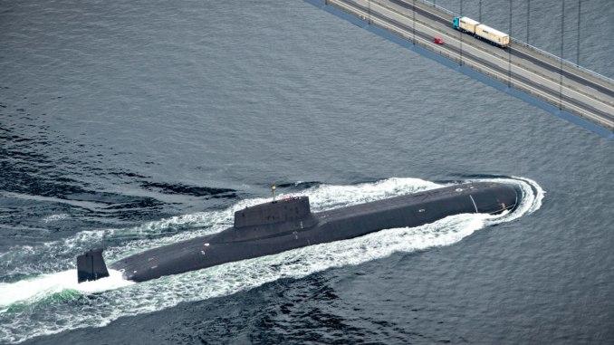 """الغواصة النووية الروسية """"دميتري دونسكو"""" تُبحر عبر المياه الدنماركية في 21 تموز/يوليو 2017، في طريقها إلى سان بطرسبرج (AFP)"""