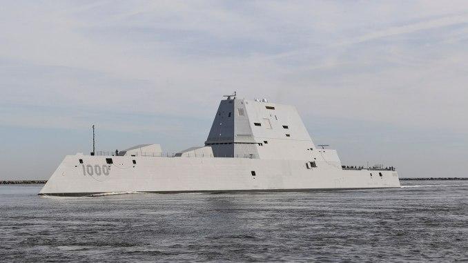 المدمرة الصاروخية الموجهة USS Zumwalt DDG 1000 تمرّ عبر محطة Mayport Harbour في طريقها إلى ميناء في جاكسونفيل بولاية فلوريدا في 25 تشرين الأول/أكتوبر 2016 (AFP)