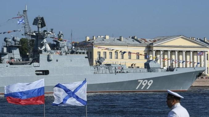 """صورة تُظهر فرقاطة من المشروع رقم ١١٣٥٦ نوع """"الأدميرال ماكاروف"""" قبل استعراض يوم البحرية على نهر نيفا في وسط سانت بطرسبرغ في ٢٩ تموز/يوليو ٢٠١٨ (AFP)"""