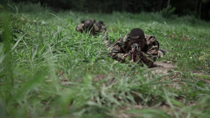 مجندون جدد في صفوف القوات المسلحة لأفريقيا الوسطى (FACA) يقومون بمناورة خلال عرض تقديمي في Berengo في 4 آب/أغسطس 2018 (AFP)