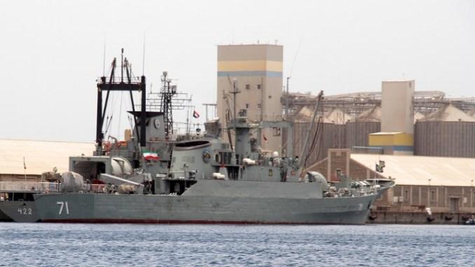 """السفن الحربية العسكرية الإيرانية """"Alvand"""" (إلى اليمين) وسفينة إعادة الشحن الخفيفة """"بوشهر"""" ترسوان لإعادة التزود بالوقود في 6 أيار،مايو 2014 في بورتسودان، على بعد 250 كيلومترا (155 ميلا) عبر البحر الأحمر من المنافس الإقليمي الإيراني - المملكة العربية السعودية (AFP)"""