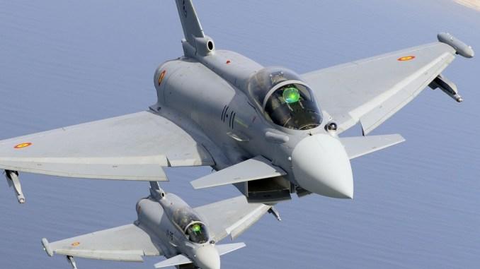 مقاتلتا يوروفايتر تايفون تابعتان لسلاح الجو الإسباني فوق مدينة مورون في إسبانيا (موقع يوروفايتر تايفون)